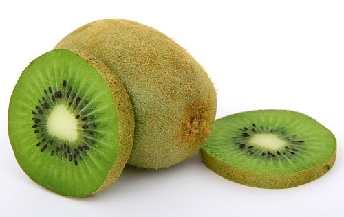 2 sliced kiwi