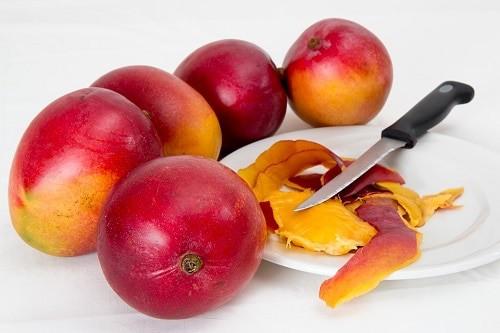 mango whit knife